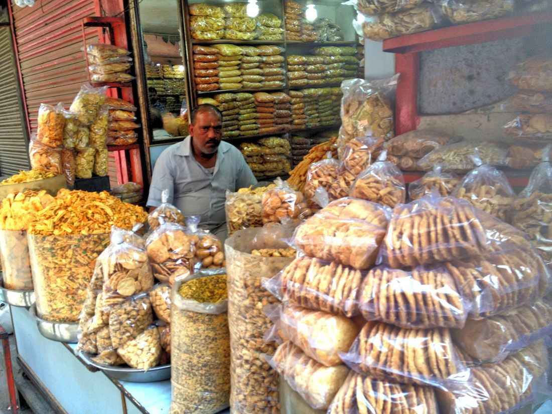 street vendor snacks in new delhi