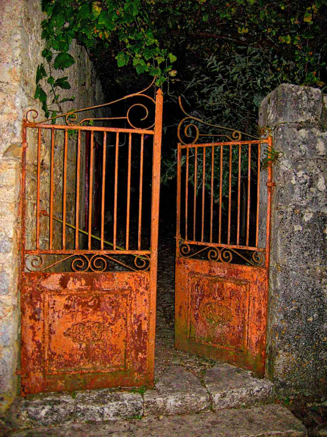 Rusty door Saint Cirq Lapopie