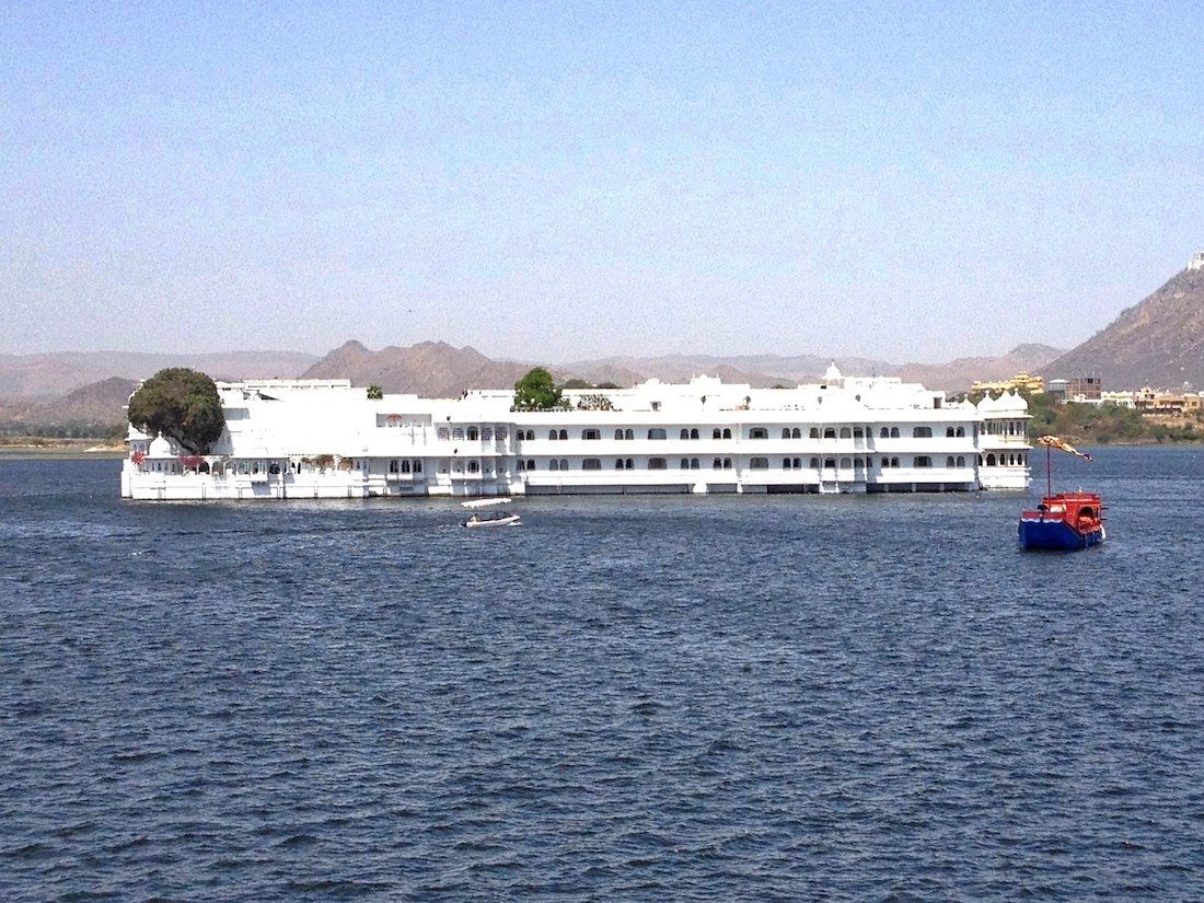 lake-palace-udaipur-approach