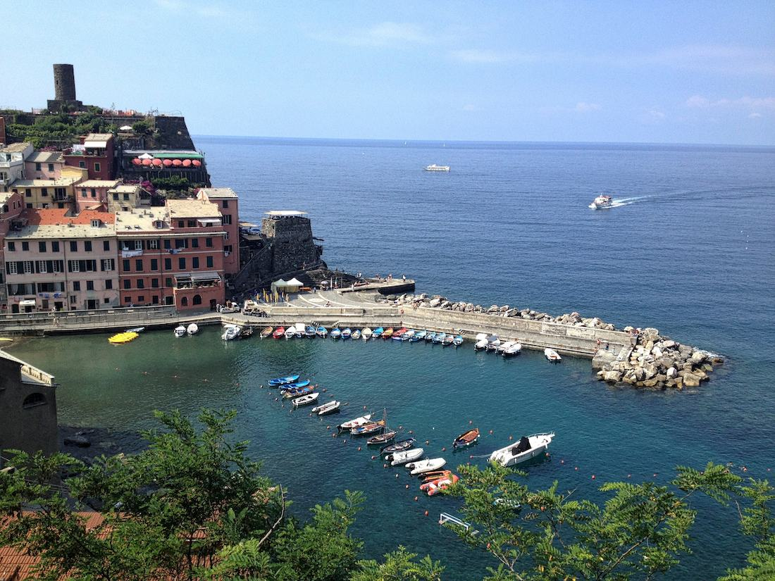cinque-terre-vernazza-boats-in-harbour