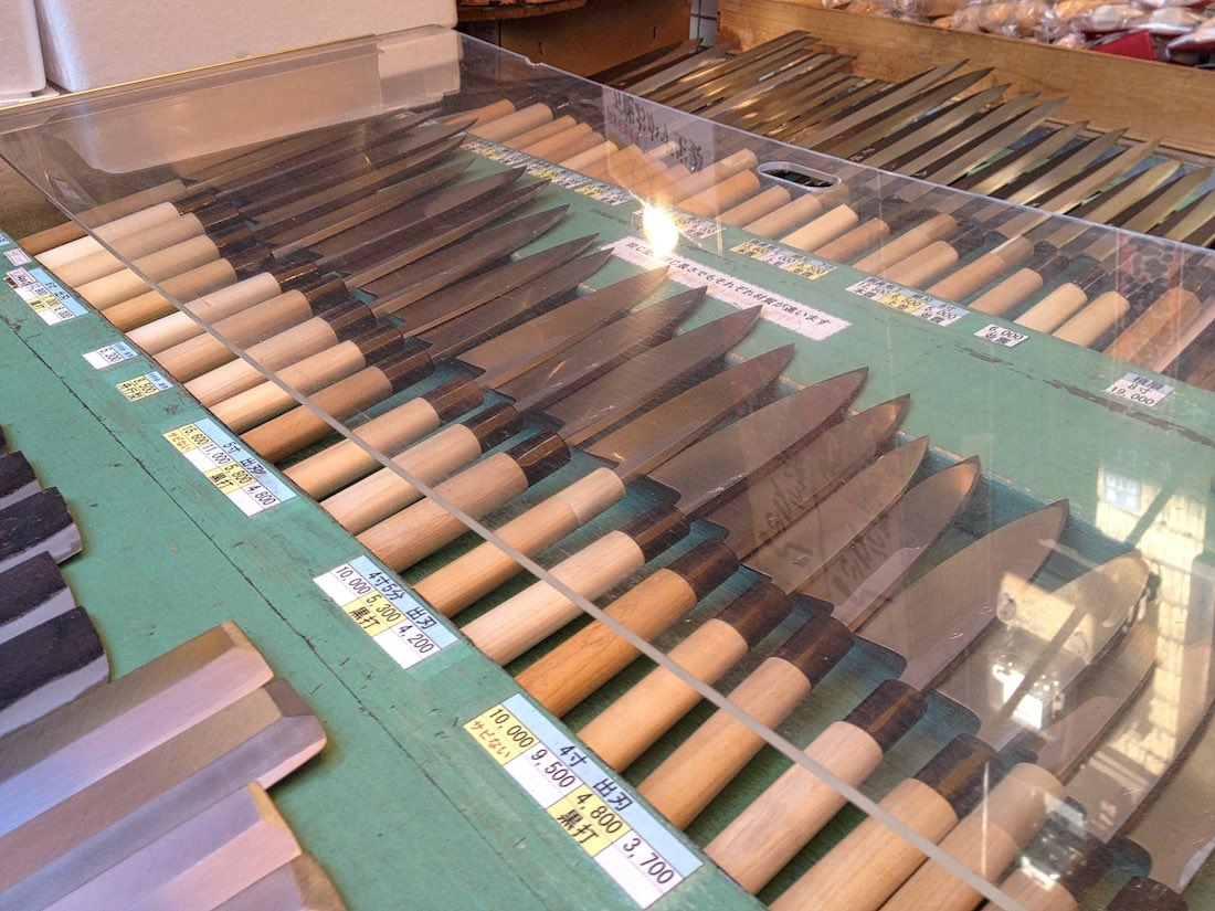 tsukiji-market-knives-on-display